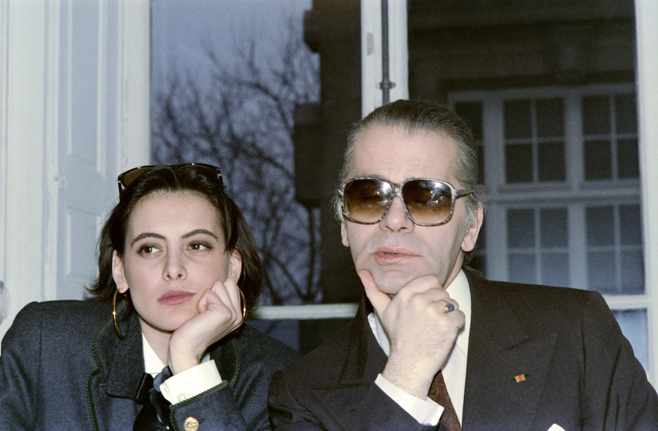 German Chanel's designer and art director of Chanel fashion house Karl Lagerfeld poses with top model Ines de la Fressange on March 13, 1987 prior to the preparation of 1987-88 Autumn-Winter ready-to-Wear collection shows.   AFP PHOTO PIERRE GUILLAUD (Photo credit should read PIERRE GUILLAUD/AFP/Getty Images)