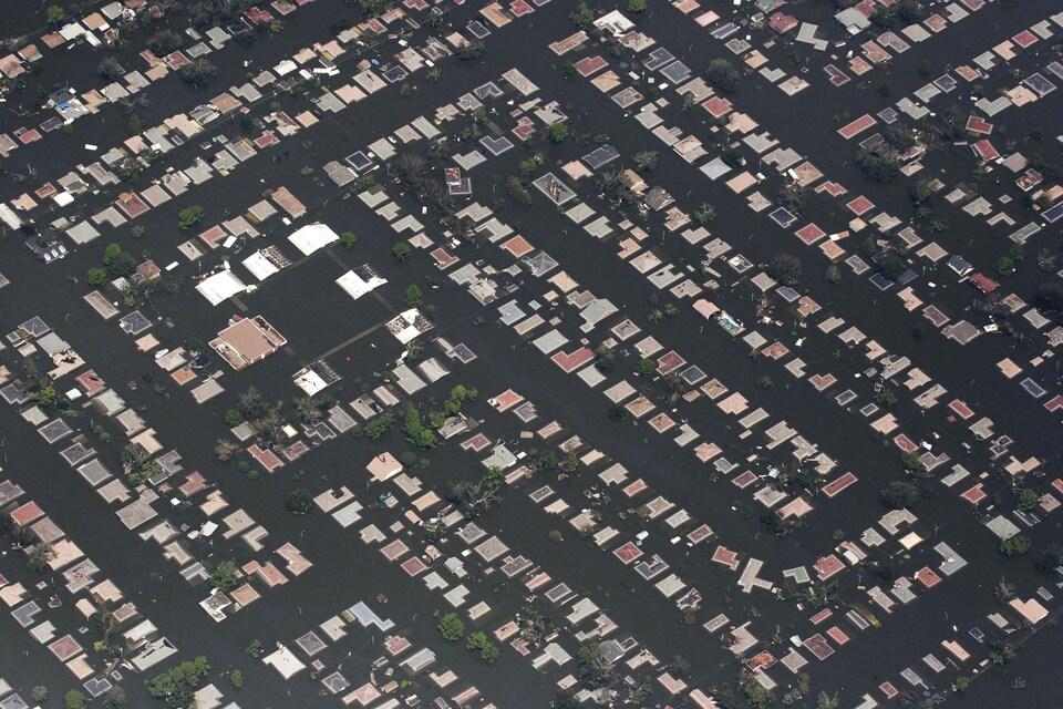 Vue aérienne des toits de maison englouties par les eaux