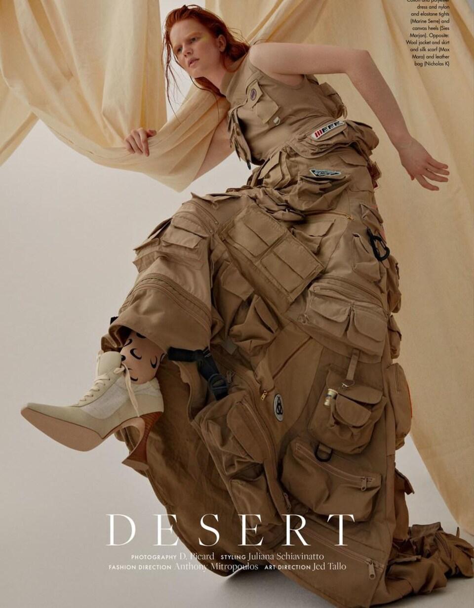 Kellyanne Bilodeau porte une robe de style militaire.