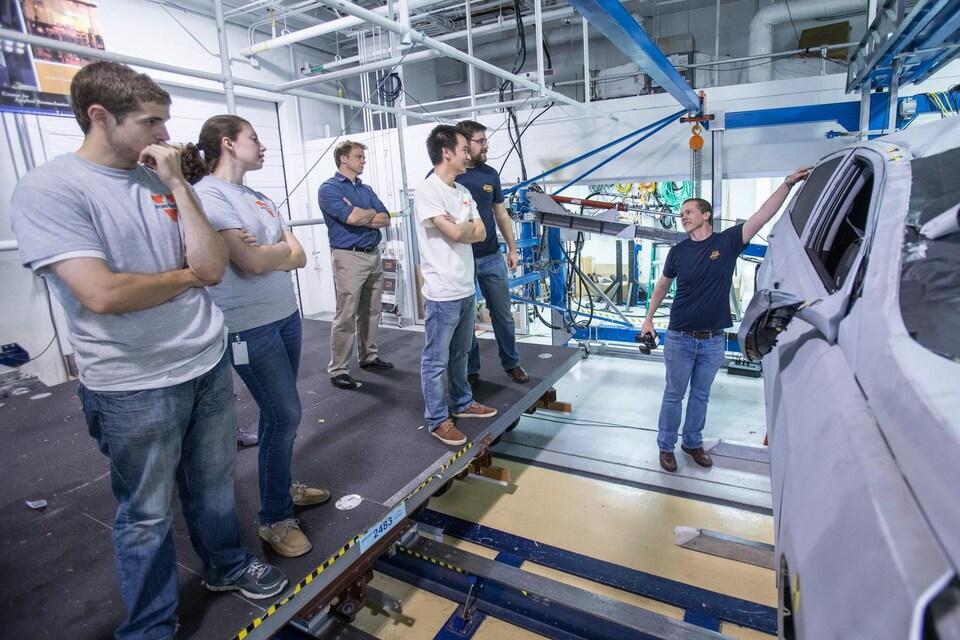 Le professeur de génie mécanique et aérospatial Jason Kerrigan et son équipe de l'Université de la Virginie. Leur invention, le DRoTS, permet de mesurer l'effet des tonneaux sur une voiture et ses occupants.