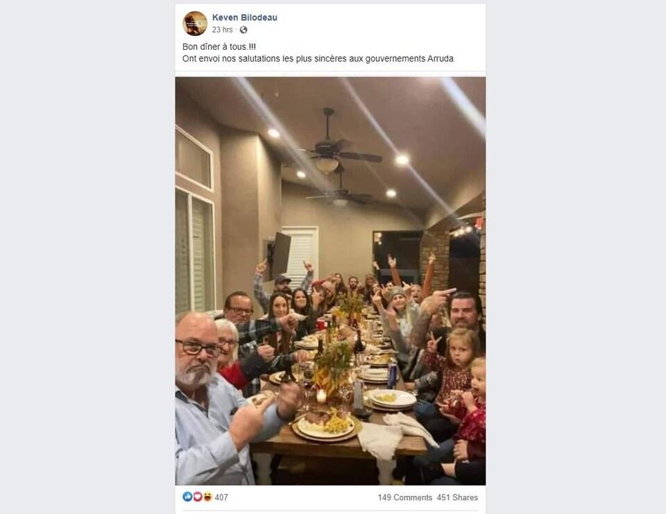 Des gens rassemblés autour d'une table font des doigts d'honneur. La publication Facebook qui accompagne la photo dit : « Bon dîner à tous! On envoie nos salutations les plus sincères aux gouvernements Arruda ».