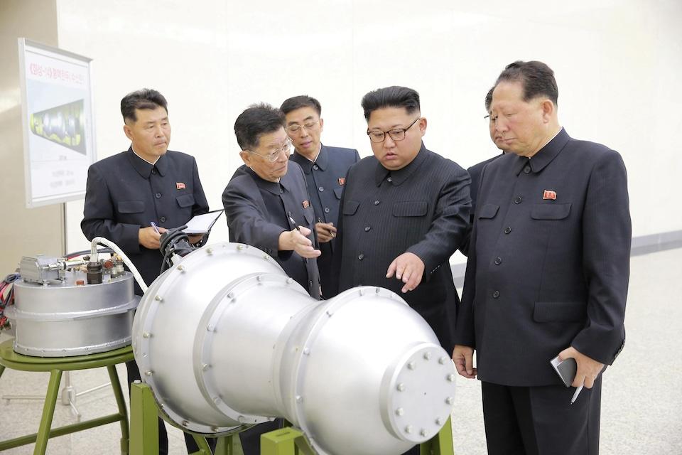 Le leader nord-coréen, Kim Jong-un, inspectant une bombe à hydrogène destinée à être chargée sur un missile intercontinental.