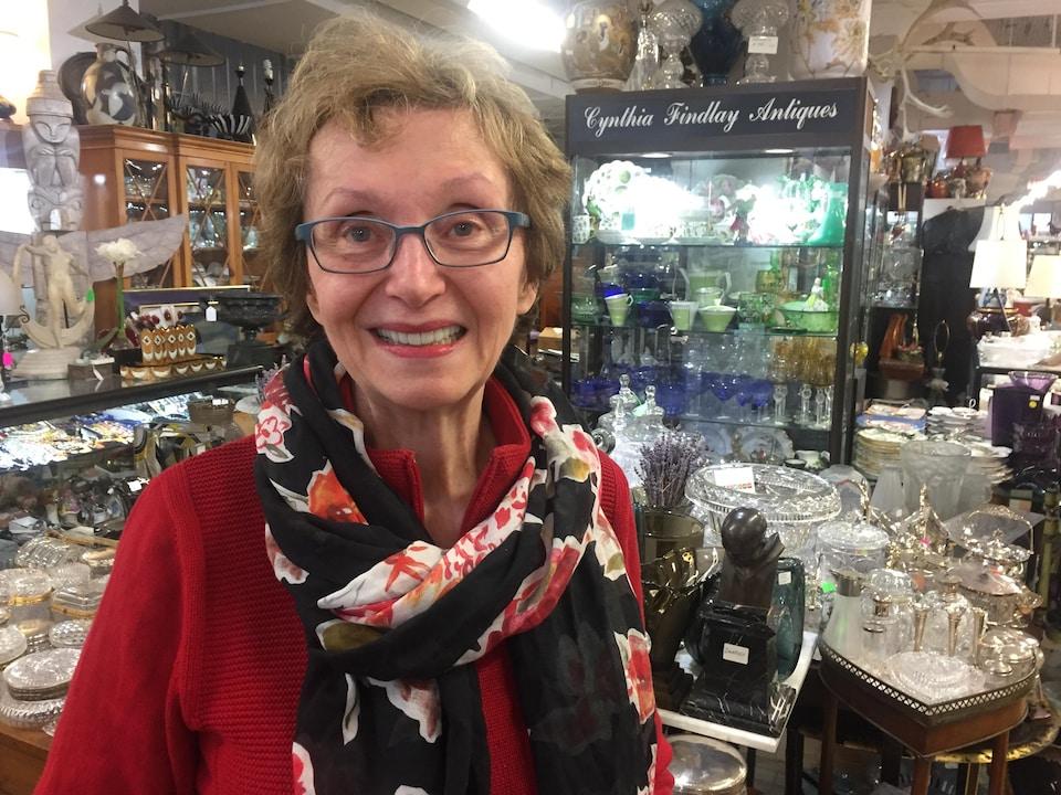 Photo d'une femme aînée entourée de couverts en verre
