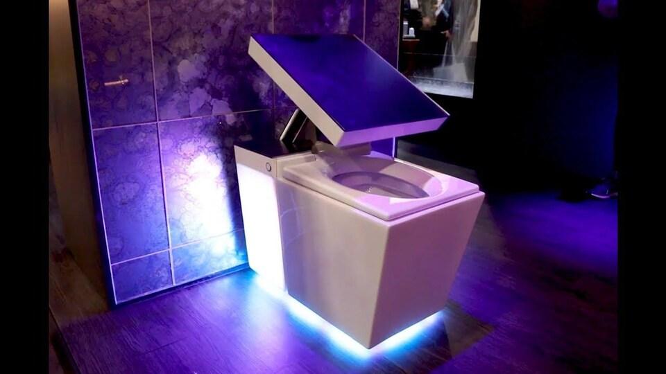 Une toilette carrée équipée de néons.
