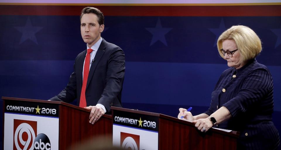 Josh Hawley et Claire McCaskill, attendant le début d'un débat.