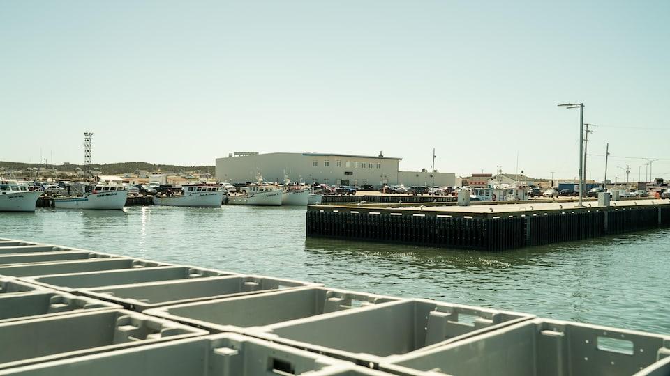 Une usine de transformation de fruits de mer de LA Renaissance des Îles au quai de Grande-Entrée aux Îles-de-la-Madeleine.