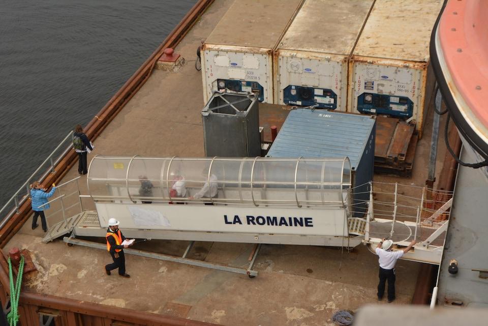 Descente de passagers du Bella-Desgagnés au quai de La Romaine
