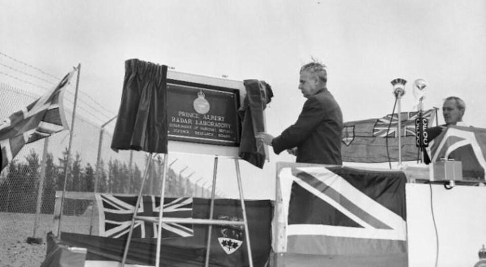 Le premier ministre John Diefenbaker au moment de l'inauguration du laboratoire radar de Prince Albert, le 6 juin 1959.