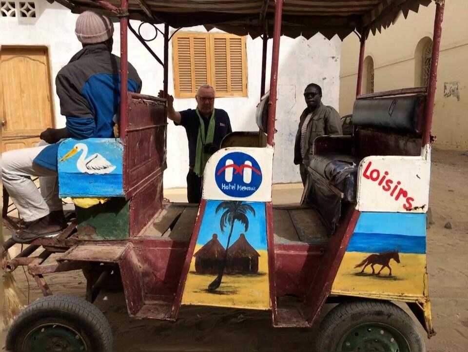 Les deux hommes tout près de la calèche et son chauffeur.