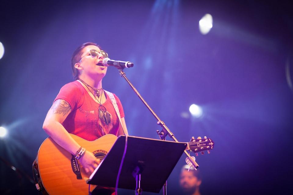 Laura Niquay en spectacle. L'artiste chante en langues atikamekw et française.