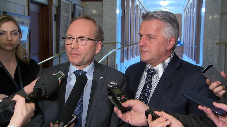 Le ministre de la Sécurité publique, Martin Coiteux, et le ministre des Transports, Laurent Lessard, répondent aux questions des journalistes concernant la gestion des opérations sur l'autoroute 13.
