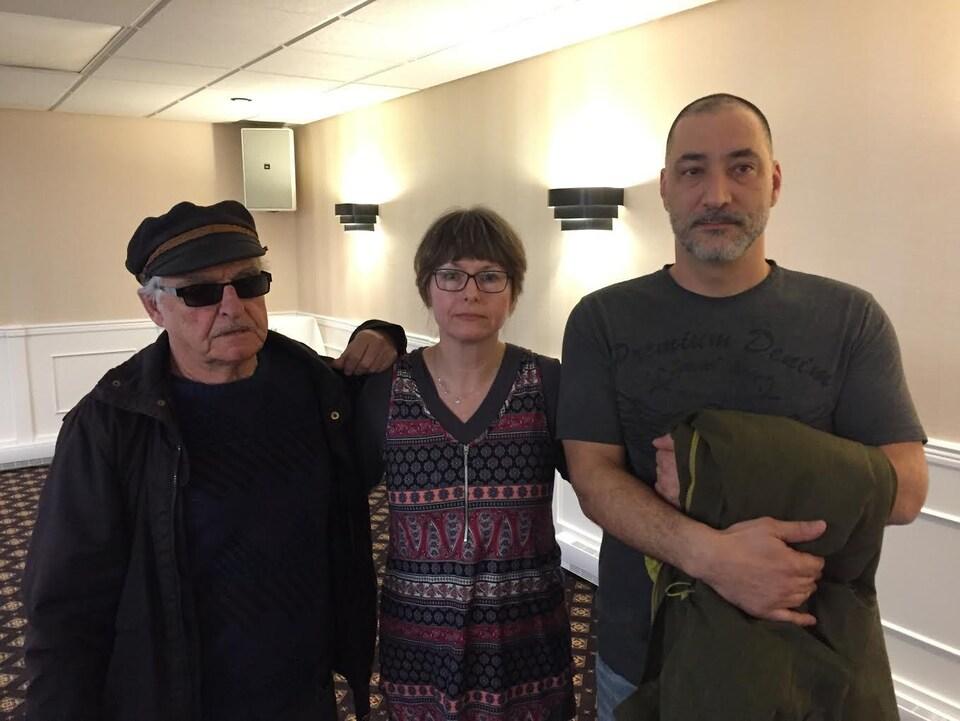 (Gauche à droite) Le père de Billy Taillefer, Laurent, ainsi que sa soeur, Shirley, sont accompagnés d'Hugues Duguay. Ils étaient présents au lancement du livre «Meurtriers sur mesure».