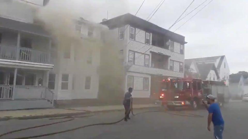 Une maison en feu à Lawrence, Massachusetts