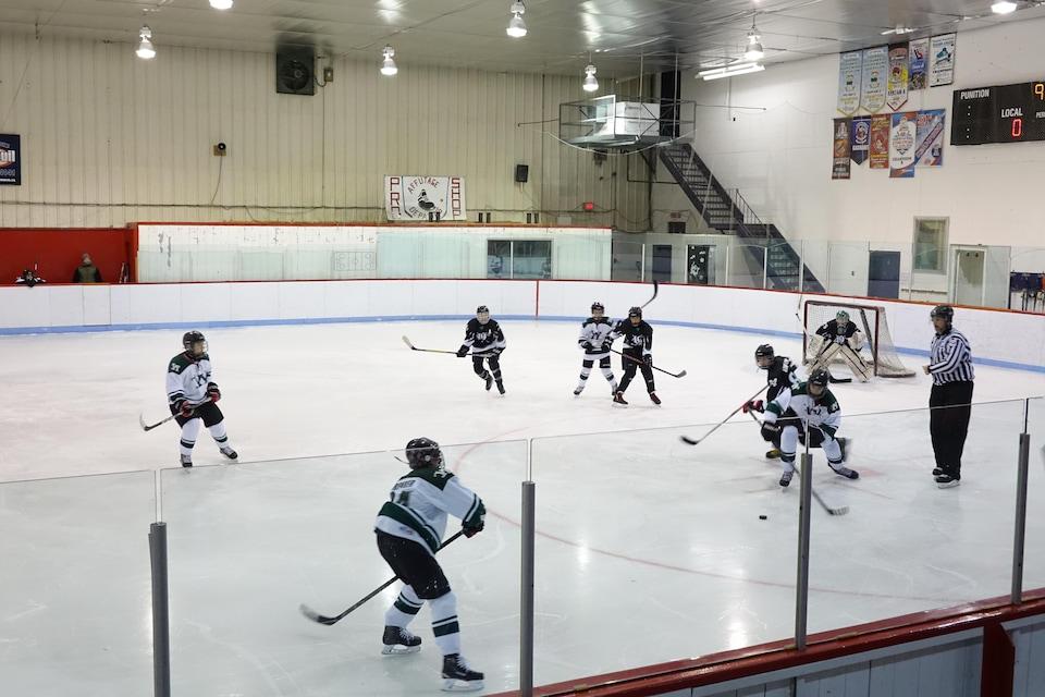 Un match de hockey à l'aréna de Lebel-sur-Quévillon.