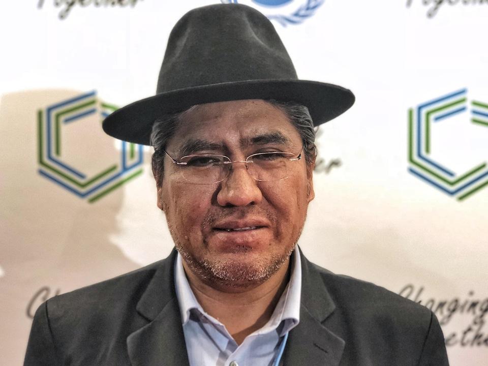 Diego Pary Rodriguez porte un chapeau et des lunettes.