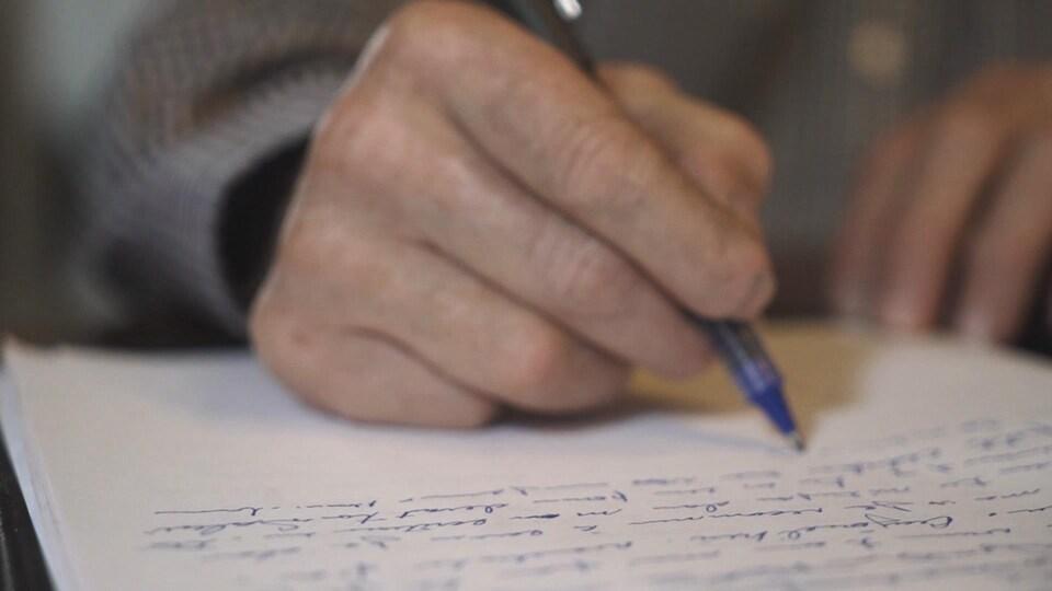 Le grand-père maternel de Cédrika Provencher a écrit une lettre à sa petite-fille. Il en fait la narration dans le documentaire de Radio-Canada.