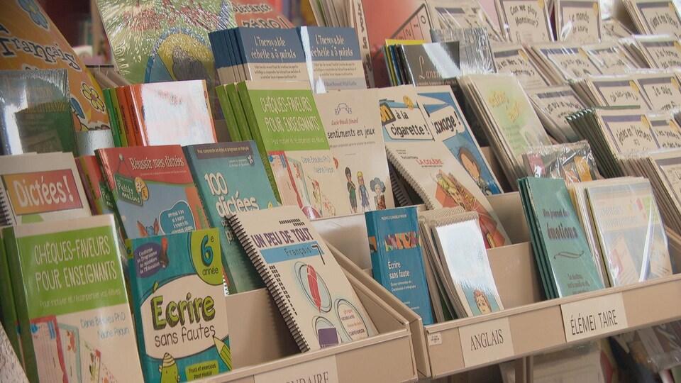 Des livres en français disposés sur des étagères.