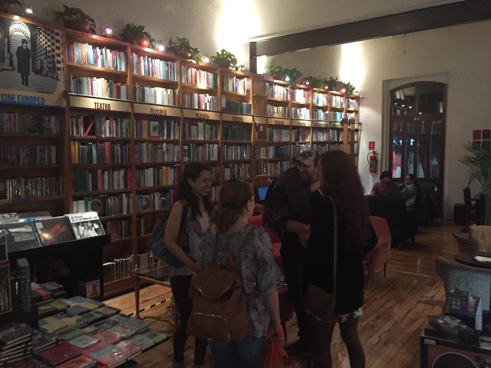 Des jeunes dans une jolie librairie.