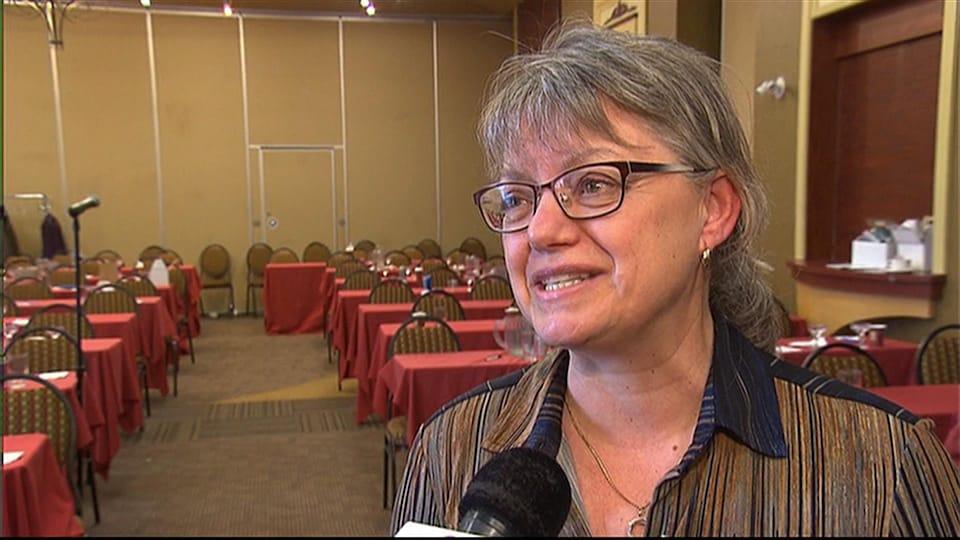 La mairesse Lisette Maillé, d'Austin, dans une salle de réunion