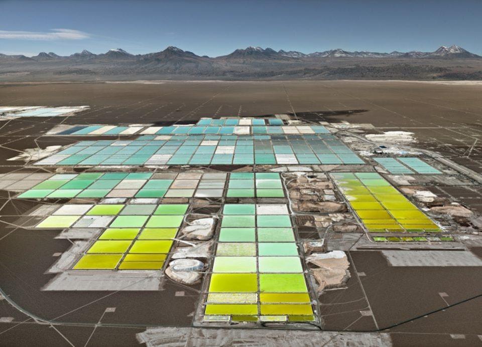 Production de lithium dans des bassins de saumure, au Chili. On voit des bassins de plusieurs couleurs dans le désert.