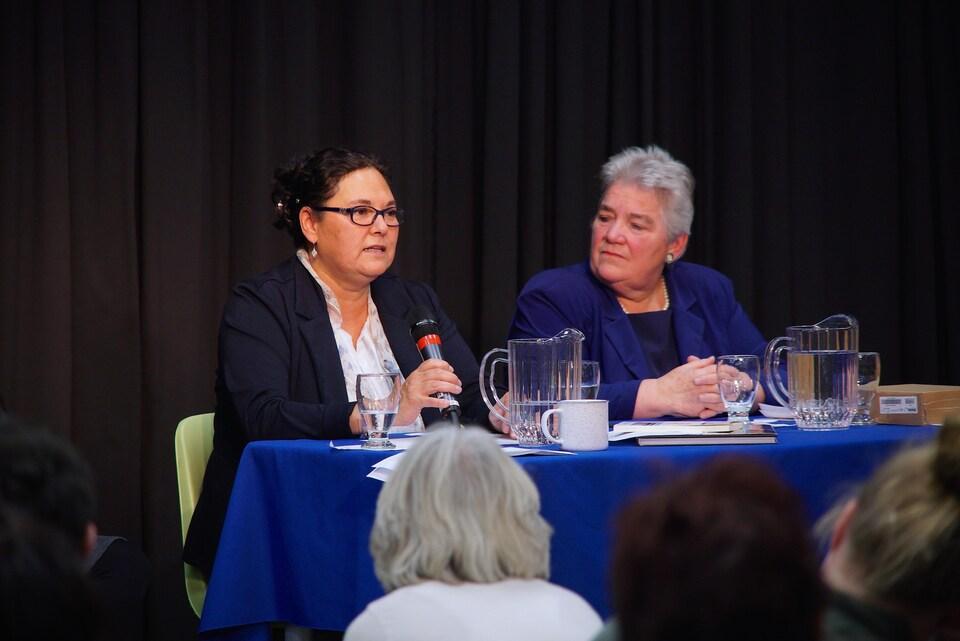 Carole Labarre et Monique Durand donnent une conférence au Cégep de Baie-Comeau.