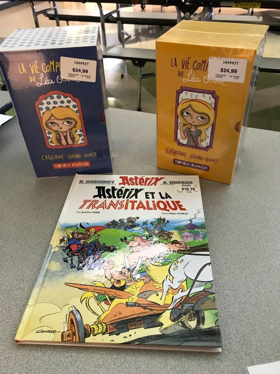 Deux coffrets de livres et une bande-dessinée Astérix