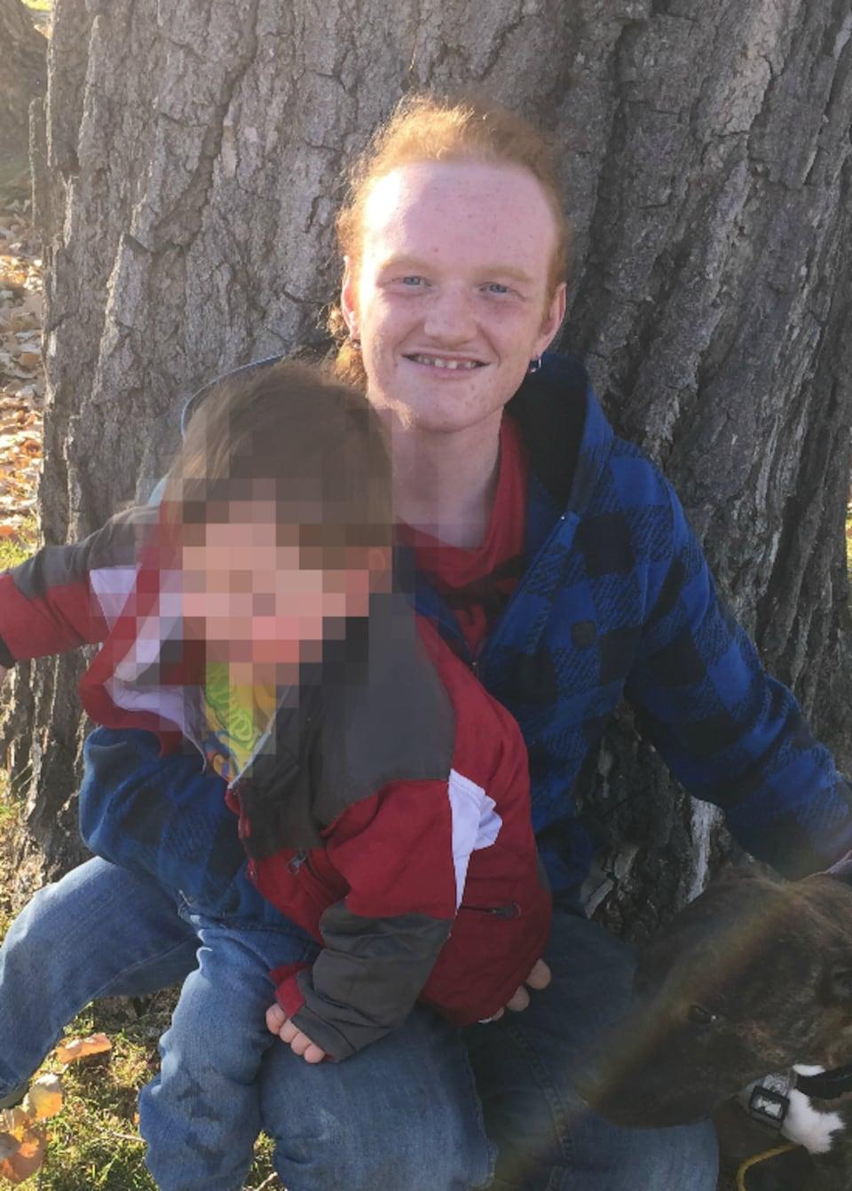 Logan Ring et son fils qui avait deux ans lorsque la photo a été prise.