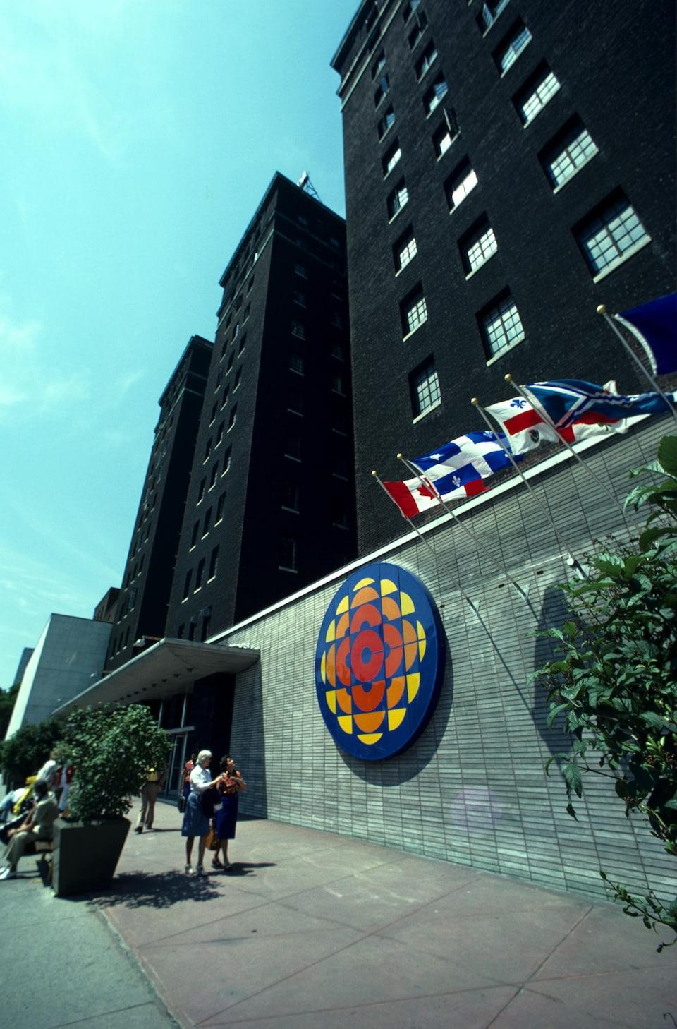 L'Édifice Radio-Canada, à Montréal avec le logo de la Société Radio-Canada sur la façade de l'édifice.
