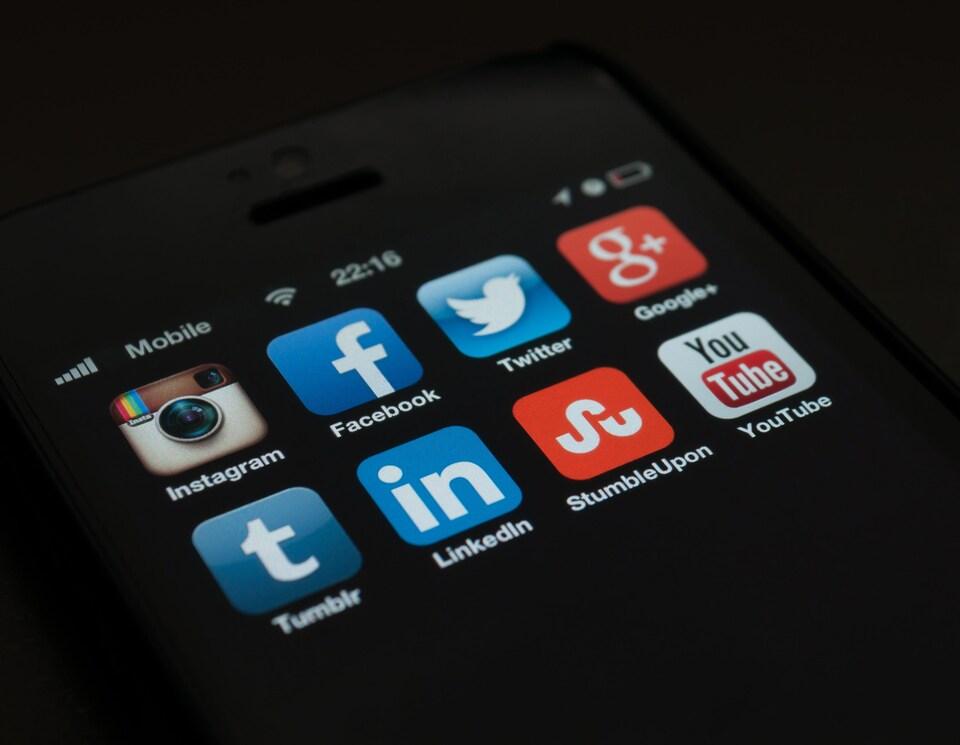 Des logos associés à différents médias sociaux