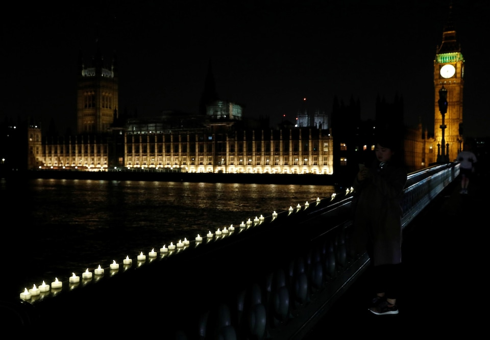 Des bougies disposées sur le pont de Westminster.