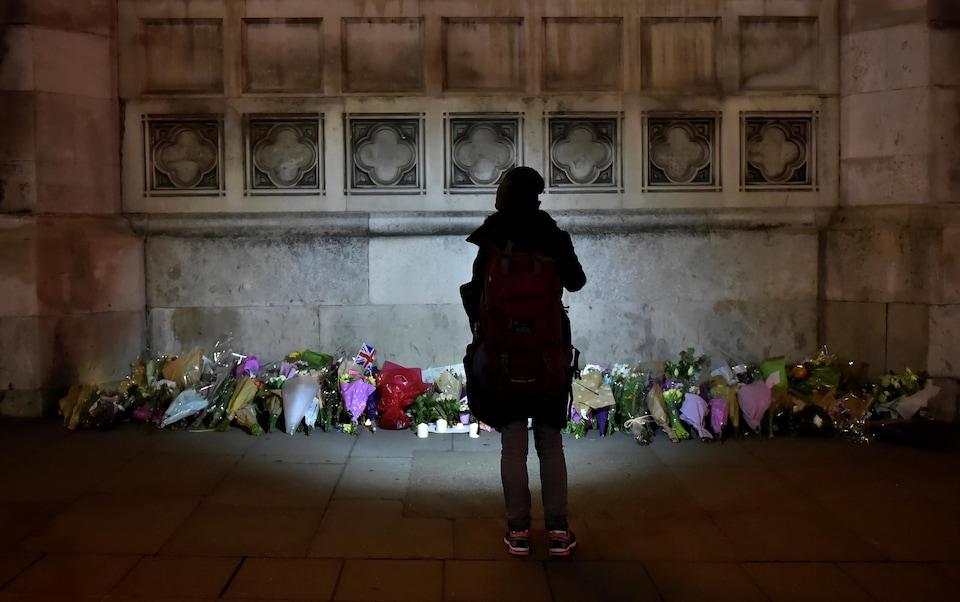 Des fleurs laissées aux abords du palais de Westminster.
