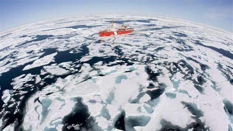 Le brise-glaces canadien Louis S. Saint-Laurent navigue au sein des glaces sur la baie de Baffin en juillet 2008.