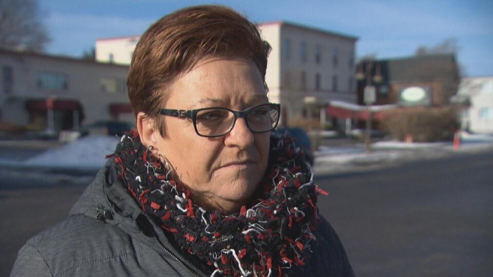 Louise Boudrias répond aux questions d'une journaliste à l'extérieur en hiver.