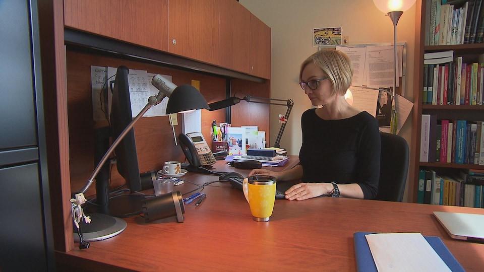 Louise Duchesme est orthophoniste et professeure au département d'orthophonie de l'Université du Québec à Trois-Rivières (UQTR).