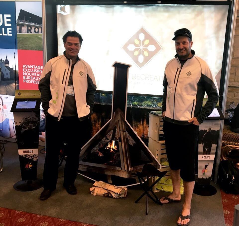 Luc Lavoie (gauche) et Ian Bélanger (droite) du Service sports et plein air de Val-d'Or.