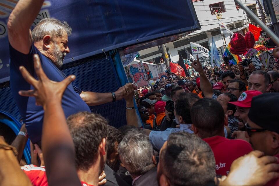 L'ex-président Lula entouré de ses partisans lors de la messe anniversaire pour le décès de sa femme.