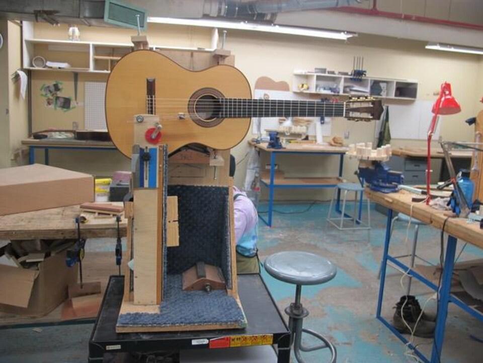 Tests acoustiques menés dans les locaux de l'école de lutherie-guitare Bruant, à Longueuil