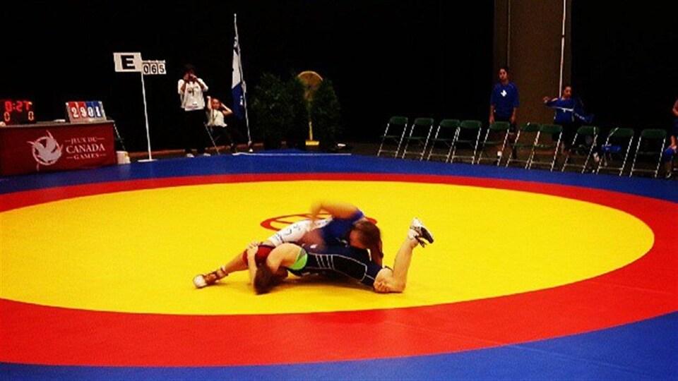 Combat de lutte lors des Jeux du Canada.