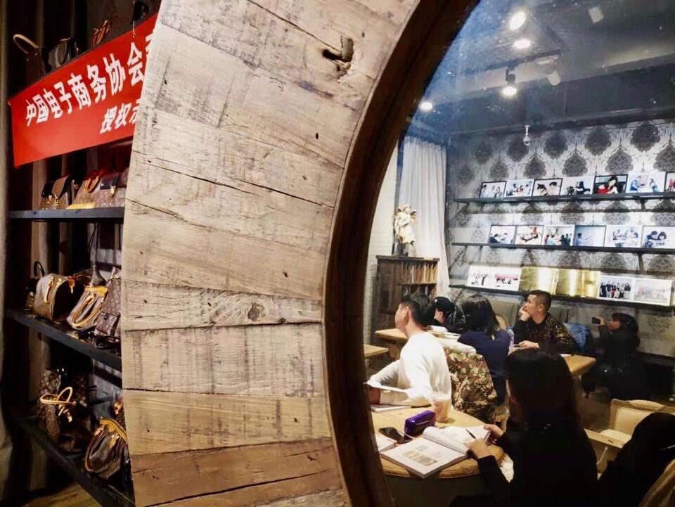 Des cours pour apprendre à reconnaître la contrefaçon dans les produits de luxe. Pékin, novembre 2018.