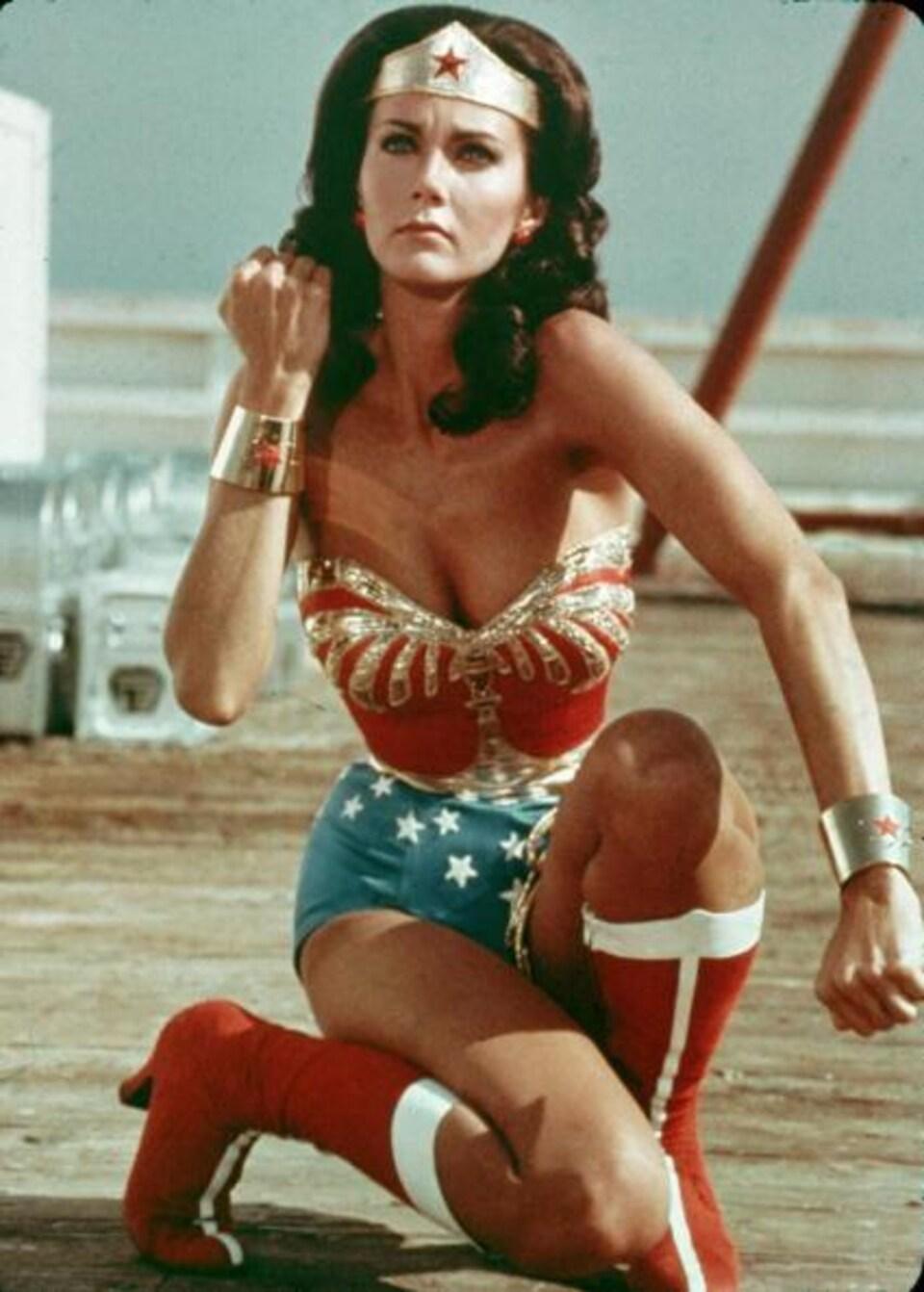 L'actrice Lynda Carter dans son costume de Wonder Woman dans une scène de l'émission du même nom.