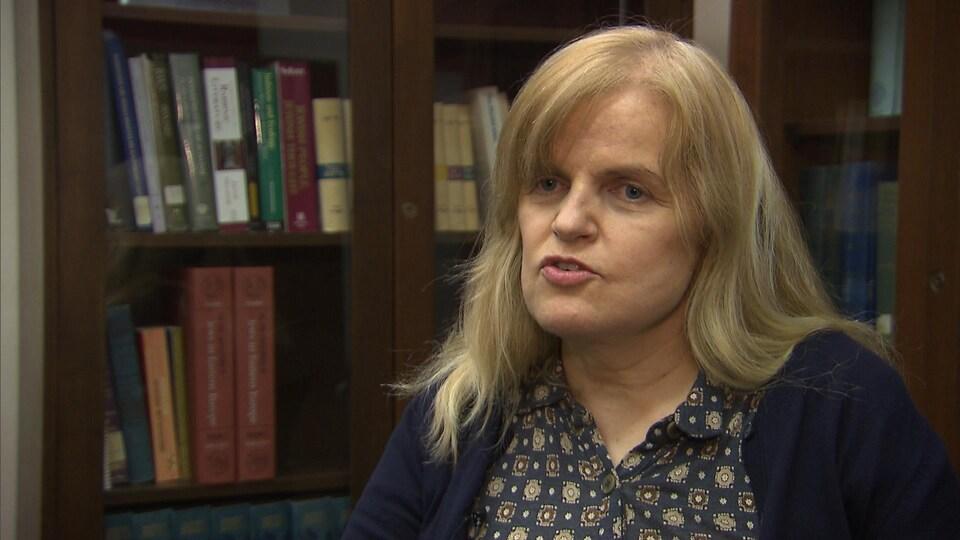 La professeure associée au département religions et cultures de l'Université Concordia, Lynda Clarke, discute avec notre journaliste.