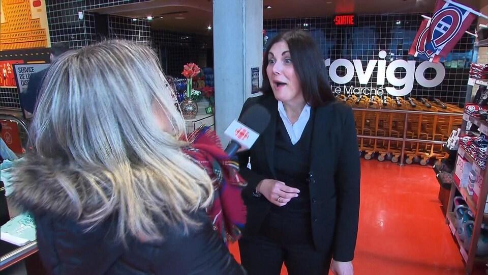 La journaliste Marie-Laurence Delainey apprend à Mme Lysanne Couture que le billet gagnant a été acheté dans son commerce.