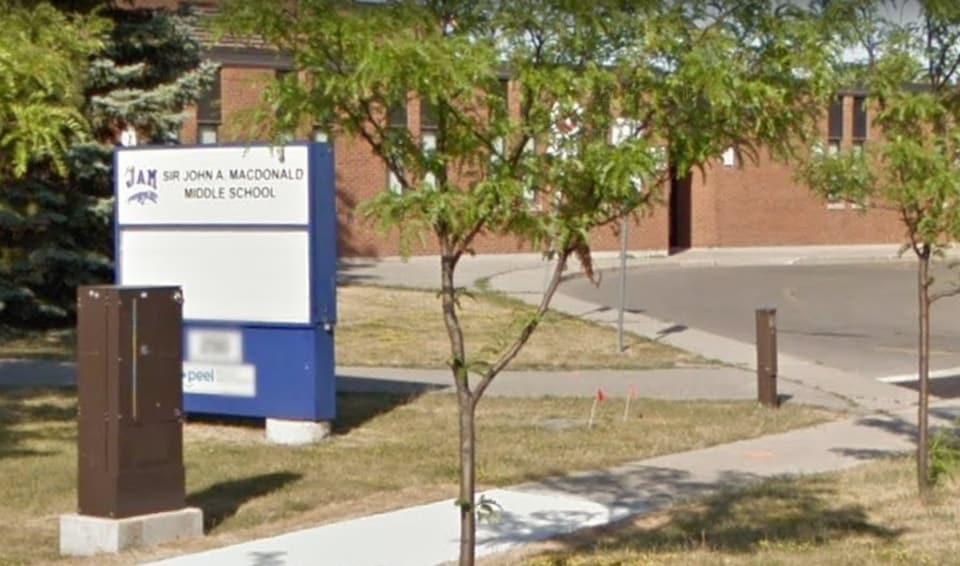 Enseigne d'une école nommée John A. Macdonald