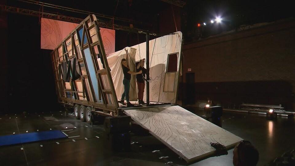 Le camion se transforme en scène sur laquelle Machine de Cirque présente Truck Stop.