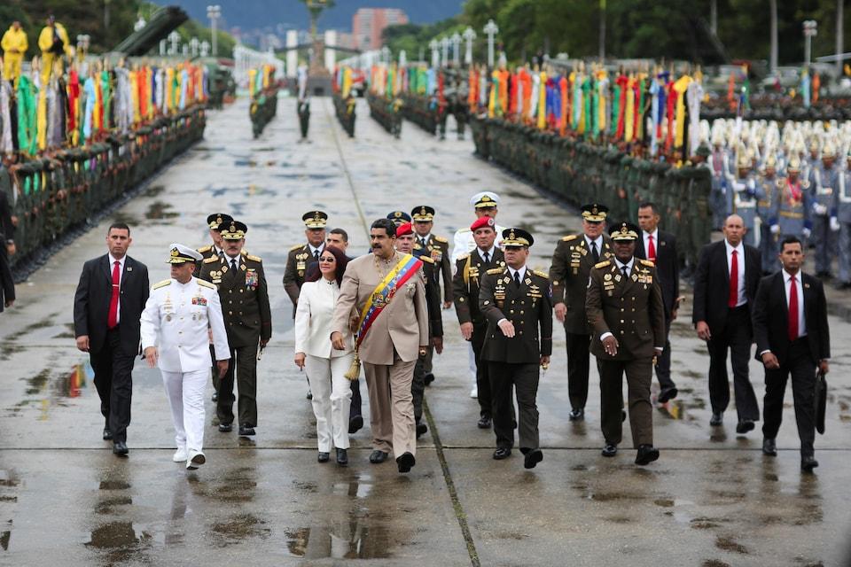 Nicolas Maduro marche avec des généraux.