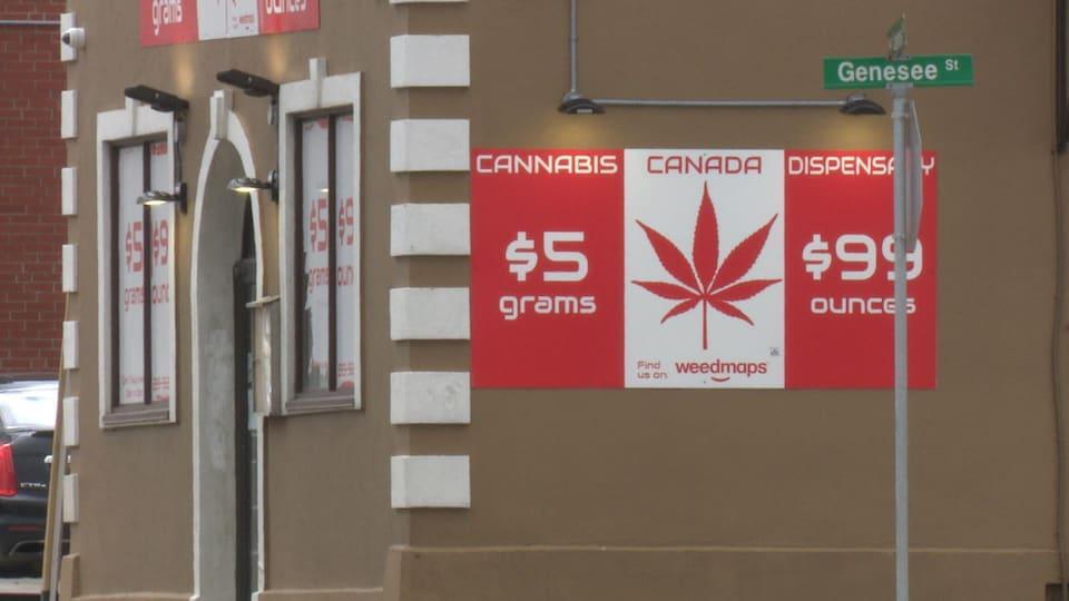"""Édifice avec une pancarte indiquant """"Cannabis Canada Dispensary""""."""