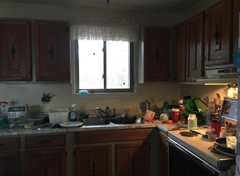 Une cuisine encombrée.