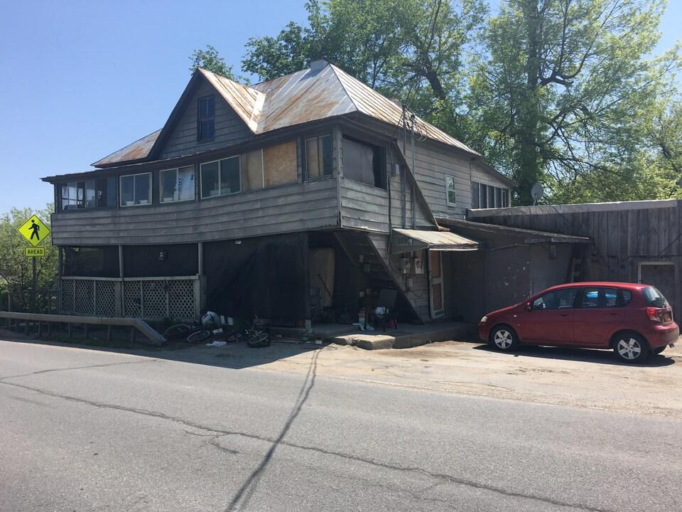Une maison en ruine dans la ville frontalière de Champlain, aux États-Unis.