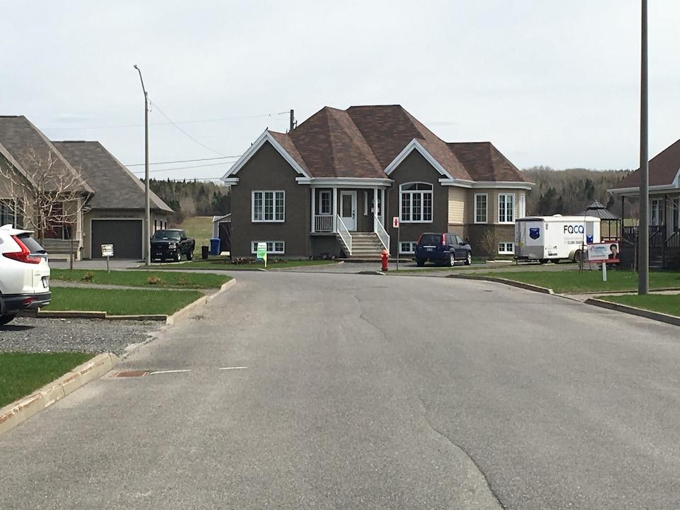 Il n'est pas rare de voir plusieurs maisons à vendre sur la même rue.