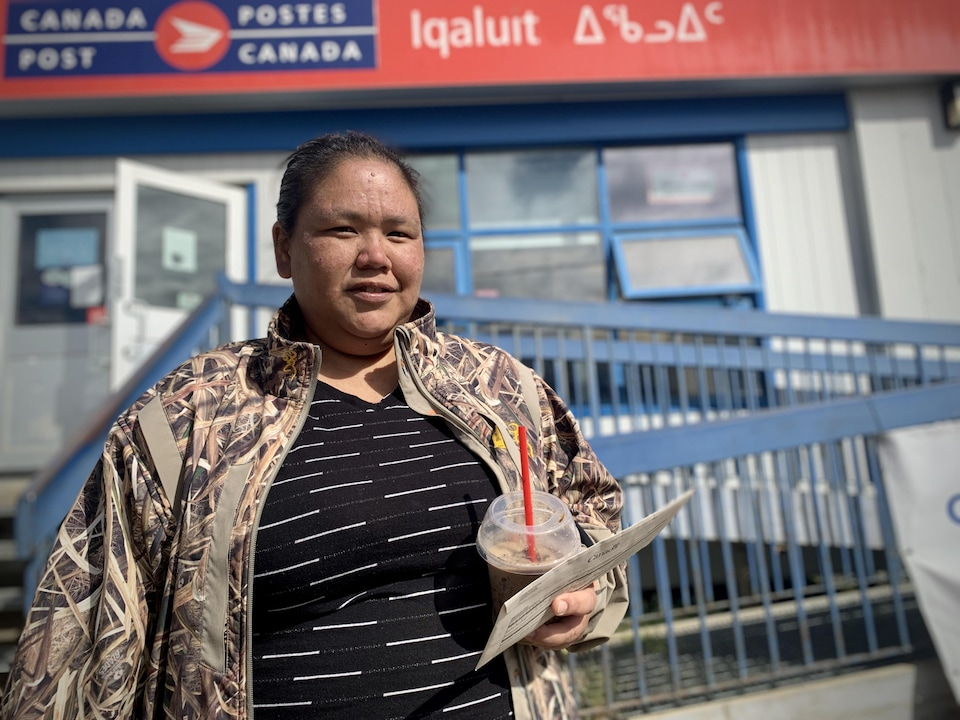 Malaya Noah, devant le bureau de Postes Canada à Iqaluit.
